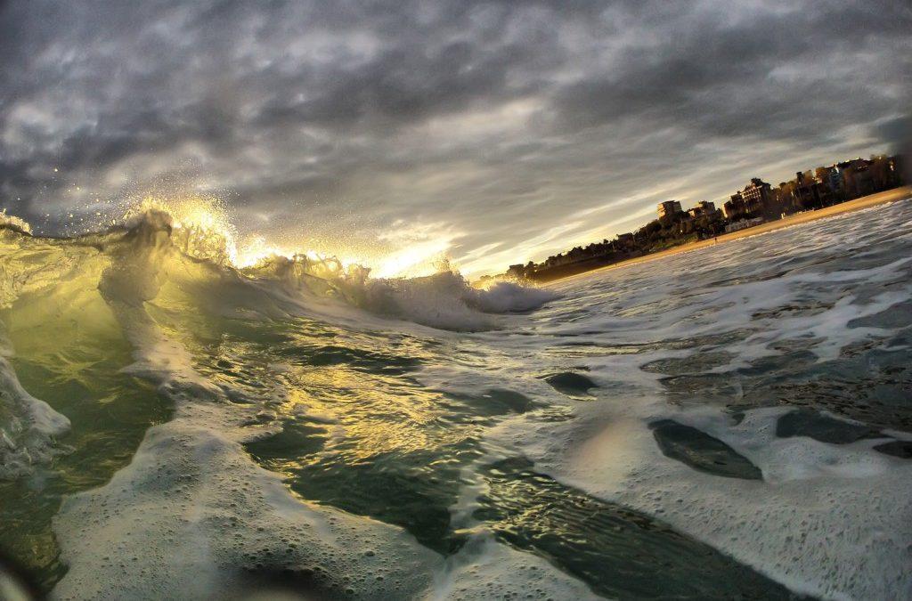El sol quiere asomar sobre las olas