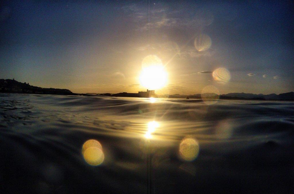 Baño al amanecer en la bahía