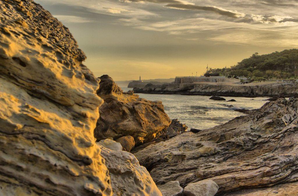 Encaramado entre las rocas