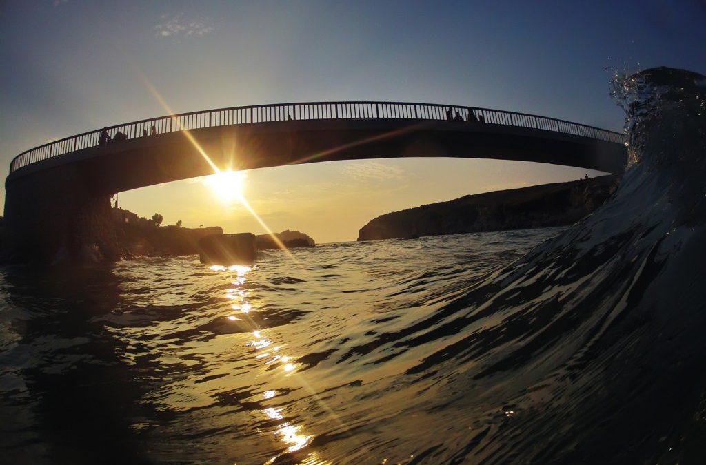 La ola que se quería comer el puente